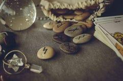 Runes et cartes de tarot Images stock