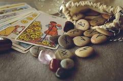 Runes et cartes de tarot Photographie stock libre de droits