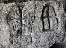 Runes germaniques antiques sur le mur de la caverne image libre de droits