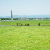 Ruïnes van Klooster Kilmacduagh Stock Afbeeldingen