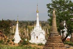 Ruïnes van oude Birmaanse Boeddhistische pagoden Nyaung Ohak in het dorp van Indein op Inlegselmeer in Shan State Royalty-vrije Stock Foto's