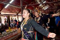 Rungus人进行一个传统舞蹈 免版税库存照片
