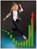 runing楼梯和生长销售图的女实业家 图库摄影