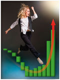 runing楼梯和生长销售图的女实业家 库存照片
