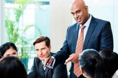 Réunion indienne d'équipe d'homme d'affaires principale Photos stock