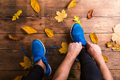 Runner tying shoelaces Royalty Free Stock Photos