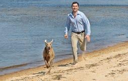 Runnig do homem e do cão imagem de stock