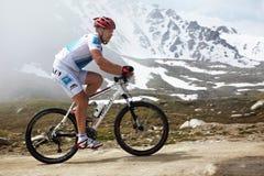 runnig för cykelcompetitonberg Royaltyfria Foton
