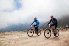 runnig för cykelcompetitonberg Royaltyfri Bild