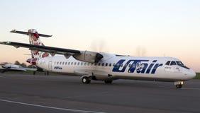 Runnig för flygplan för Utair-Ukraina flygbolag ATR-72 på landningsbanan Arkivfoto