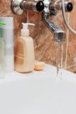 running kopplingsvatten för badrum arkivbilder