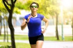 running kvinna för park Royaltyfria Bilder