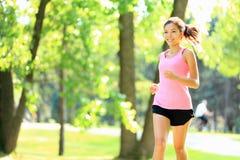 running kvinna för parklöpare Royaltyfri Bild