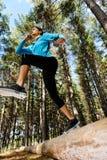 running kvinna för skog Arkivfoto