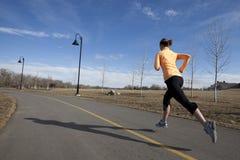 running kvinna för stadsbana Arkivbild