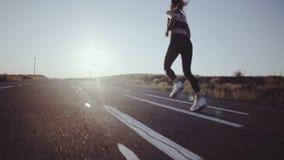 running kvinna Sport som joggar i soligt ljust ljus arkivfilmer