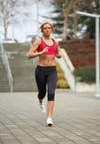 running kvinnabarn Fotografering för Bildbyråer