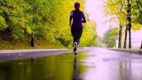 running kvinnabarn för park Höst stock video