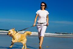 running kvinnabarn för strand arkivbilder