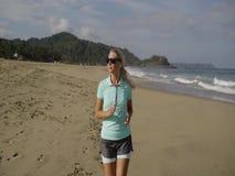 running kvinnabarn för strand arkivfilmer