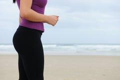 running kvinnor för strand Arkivfoton