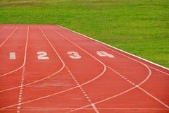 Running lane med gräsfältet Royaltyfri Fotografi