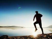 Running man Pojke som kör snabbt på morgonstranden Idrottsmanlöpare som joggar grabben royaltyfria bilder