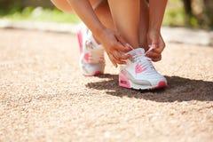 Running parcloseup av running skor Skonärbild Royaltyfria Bilder