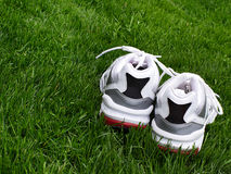Running shoes on green grass background Stock Photography