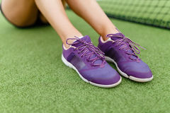 Running shoes on a tennis court background . Royalty Free Stock Photos