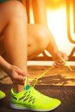 Running skor Barfota closeup för running skor Ty kvinnlig idrottsman nen Arkivfoton