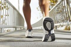 Running skor och ben av den male löpare utomhus Royaltyfria Bilder