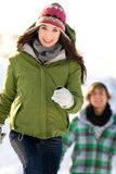 running snow för par Royaltyfri Fotografi