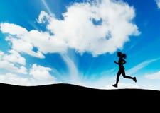 running solnedgång arkivfoto