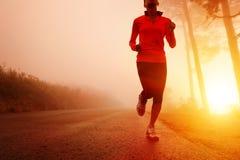 running soluppgångkvinna Arkivbild