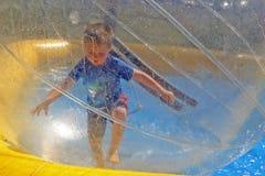 running spherevatten för pojke Royaltyfria Foton