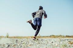 running sport Sprinta för manlöpare som är utomhus- i scenisk natur Färdig muskulös manlig spring för idrottsman nenutbildningssl arkivfoto