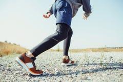 running sport Sprinta för manlöpare som är utomhus- i scenisk natur Färdig muskulös manlig spring för idrottsman nenutbildningssl arkivfoton