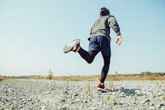 running sport Sprinta för manlöpare som är utomhus- i scenisk natur Färdig muskulös manlig spring för idrottsman nenutbildningssl royaltyfri foto