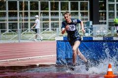 running steeplechase för idrottsman nen Arkivbild