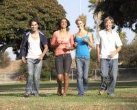 running tonåringar för grupppark royaltyfri bild