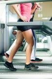 running treadmill för idrottshallfolk royaltyfri bild