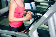 running treadmill för idrottshallfolk fotografering för bildbyråer