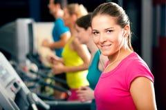 running treadmill för idrottshallfolk Royaltyfri Fotografi