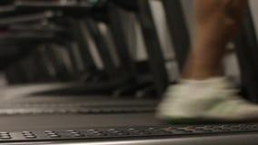 running treadmill för man Slut som skjutas upp fokus på benet arkivfilmer