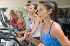 running treadmillkvinna för idrottshall Arkivfoton