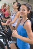 running treadmillkvinna för idrottshall Royaltyfri Bild