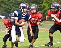 running ungdom för fotbollliga Royaltyfria Foton