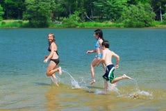 running vatten för barn arkivfoton