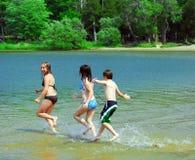 running vatten för barn arkivbilder